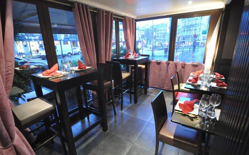 Terrasse Véranda lumineuse avec des tables hautes